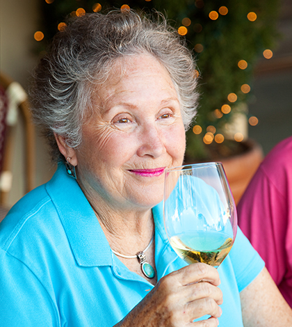 alcohol dementia The role of alcohol use as a risk factor for dementia is complicated at different times, alcohol has been seen as protective, harmful, or incidental to the risk of dementia.